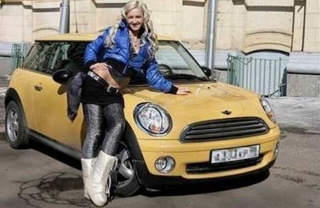 Ольга Бузова гоняет на желтом MINI Cooper