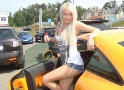 Даша Пынзар, тоже отдает предпочтение желтым авто и гоняет на Audi TT