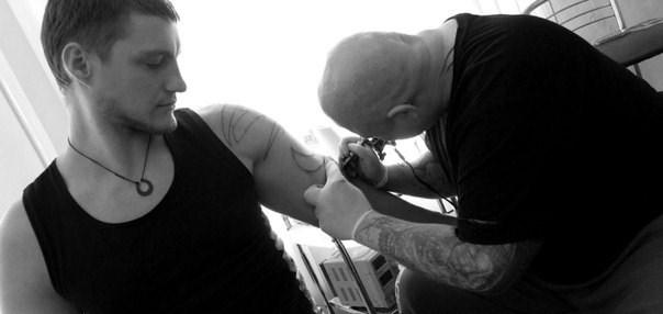 Александр Задойнов сделал татуировку в собственном тату-салоне!