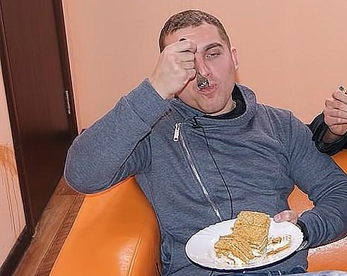 Виталик Славянский бросил свою девушку, потому что она морила его голодом