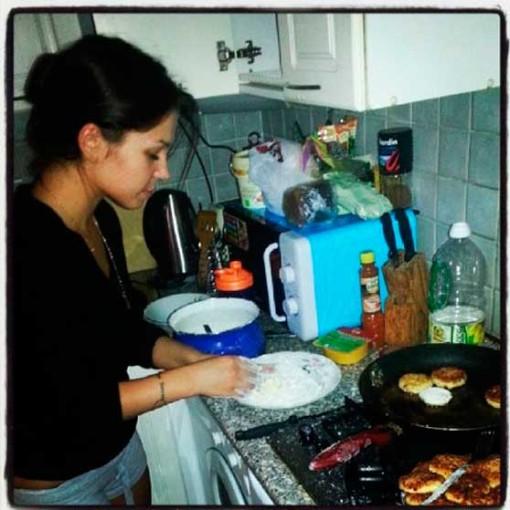 Редкий кадр. Катя Колисниченко на кухне