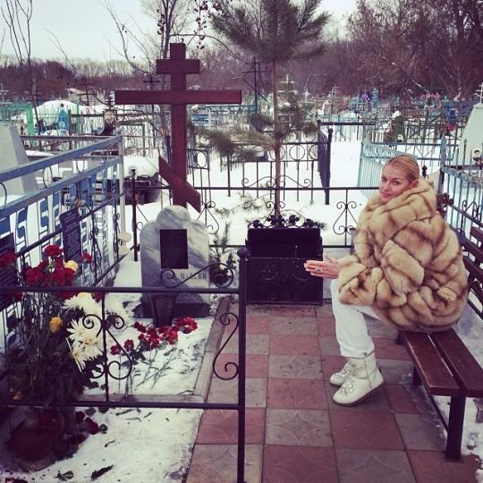 Анастасия Волочкова сфотографировалась на кладбище.