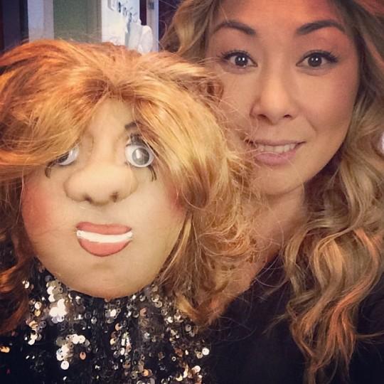 Аните Цой подарили куклу.