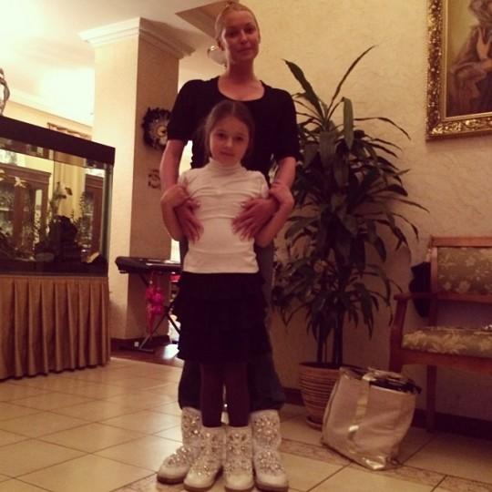 Анастасия Волочкова одела дочь в угги.