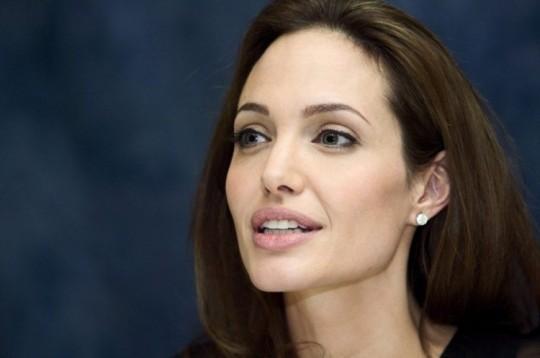 Анджелина Джоли вновь ляжет под нож.