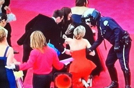Дженнифер Лоуренс упала на вручении премии «Оскар».