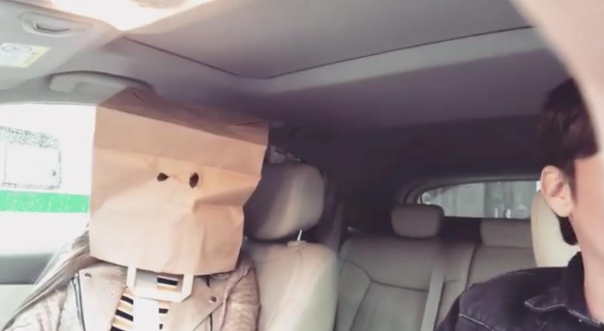Саша Артемова с пакетом на голове